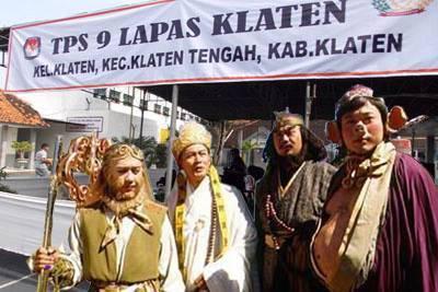 Bahkan Sun-Gokong dan rombongan menyaksikan betapa demokratisnya pemilu di Indonesia di sebuah TPS kota Klaten.