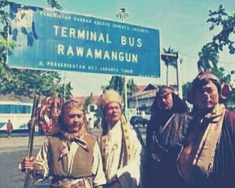 Mereka nampak kebingungan tuh saat berada di terminal bus Rawamangun. Nyari angkot pun susah, nyari ojek online eh nggak punya Hp.