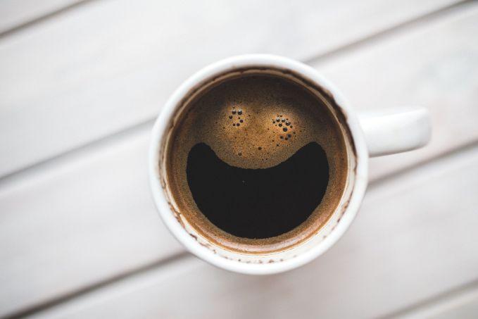 Kopi Ngopi dipagi hari adalah hal yang biasa orang lakukan untuk menghilangkan kantuk. Tapi jika kopi adalah cairan yang kamu minum pertama kali saat bangun tidur, ini akan menyebabkan gastritis atau peradangan selaput lendir pada lambungmu. Kamu boleh mengonsumsinya ketika perutmu sudah terisi agar pencernaanmu tetap aman.