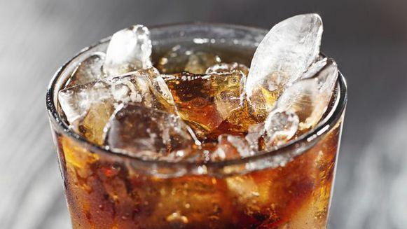 Minuman dingin Saat terik matahari berada tepat diatas kepala, kita pasti langsung kepikiran untuk menikmati segarnya minuman dingin. Tapi sayangnya, jika dikonsumsi saat perut kosong, minuman dingin bisa merusak selaput lendir di perutmu dan bisa menghambat jalannya pencernaanmu. Selain itu minuman dingin juga bikin metabolisme tubuh menurun lho!