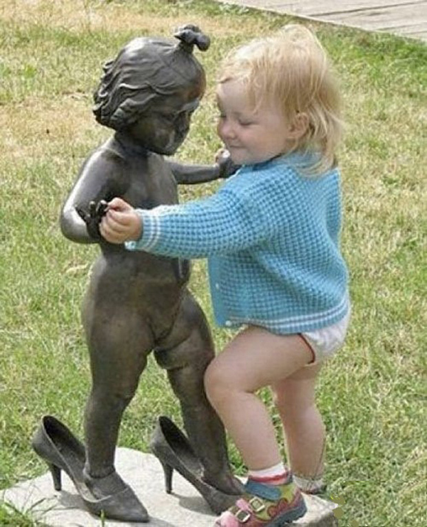 Dansa yo dansa..lucu banget ya melihat balita ini asik berdansa dengan patung.