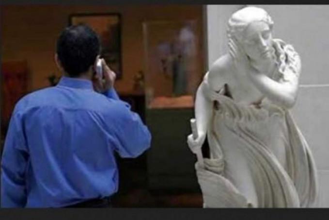 Eh..ada patung lagi nguping orang lagi telepon.