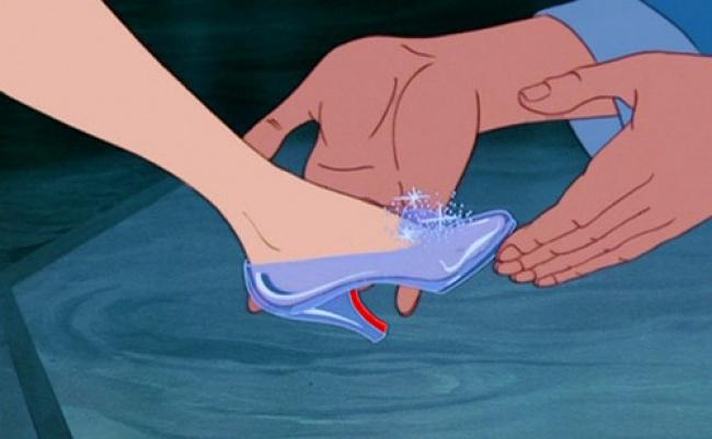 Untuk menemukan Cinderella, pangeran berkeliling kampung untuk mencari kaki yang cocok dengan sepatu itu. Emang sekampung nggak ada yang ukurannya sama ya?