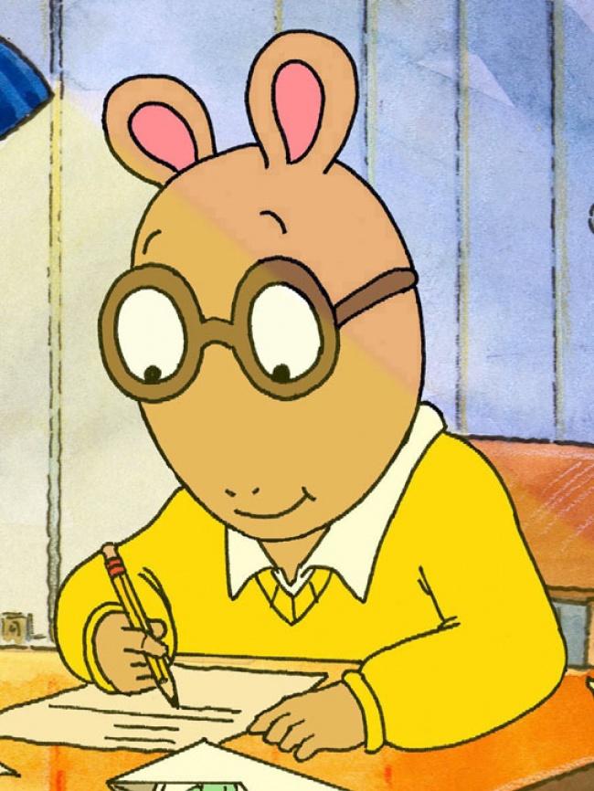 Memakai kacamata tapi telinganya ada di kepala. Kok nggak jatuh ya tu kacamata?