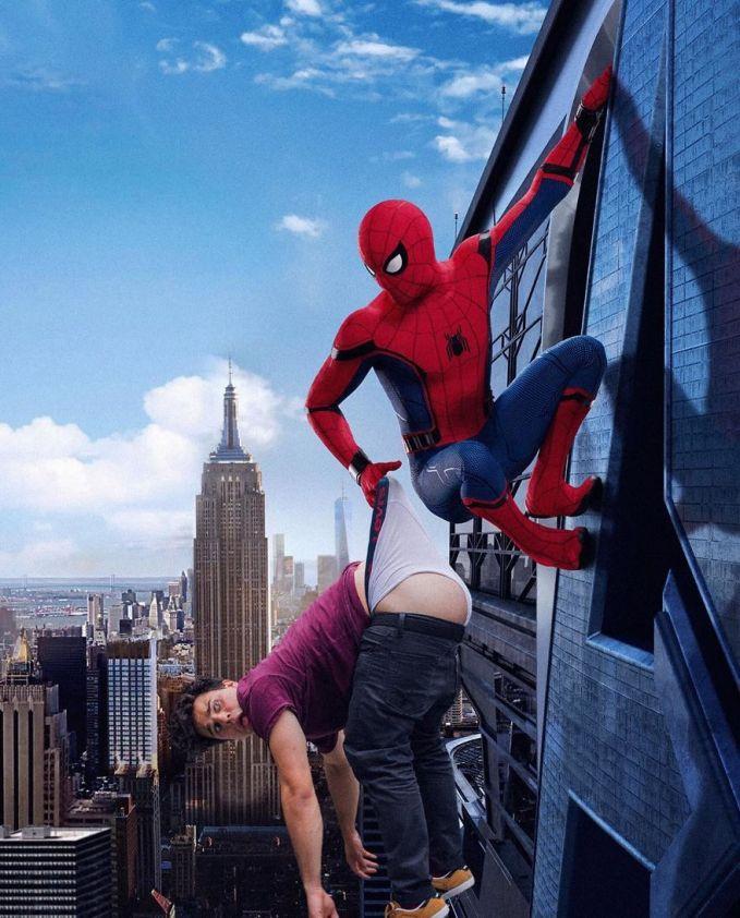 Emang deh, Spiderman adalah sosok superhero paling baik dan menolong di saat yang tepat.