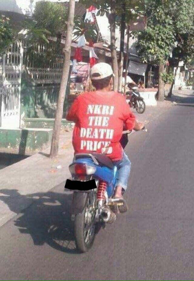 Maksudnya tulisan di baju si bapaknya adalah 'NKRI Harga Mati'.