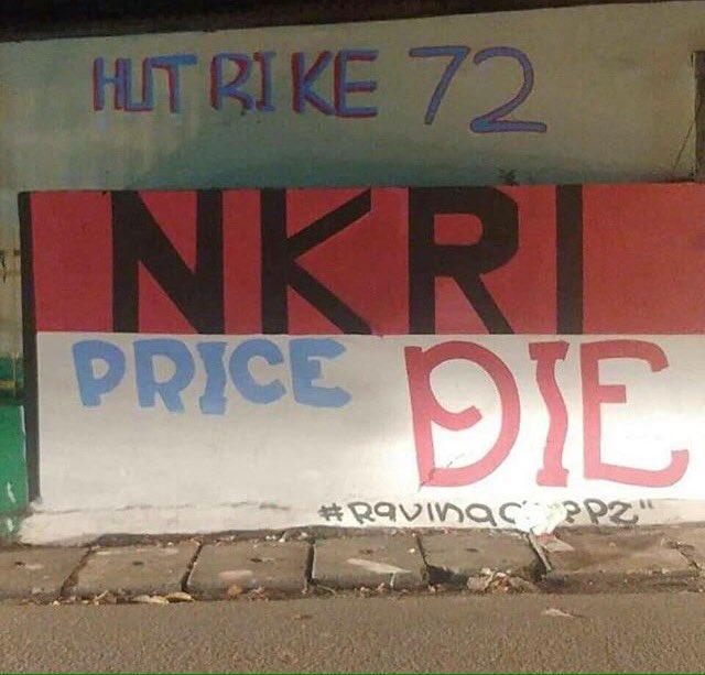 Nasionalisme juga ditunjukkan oleh warga kampung ini gaes. Liat nih, tembok kampung sampai ditulisin kayak gitu. Intinya sama, NKRI Harga Mati !.
