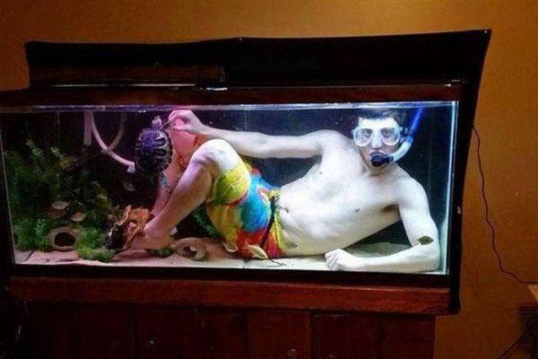 Biar dibilang foto ala-ala underwater gitu gengs. Nggak ada alam bawah laut, dalam akuarium pun jadi pilihan.