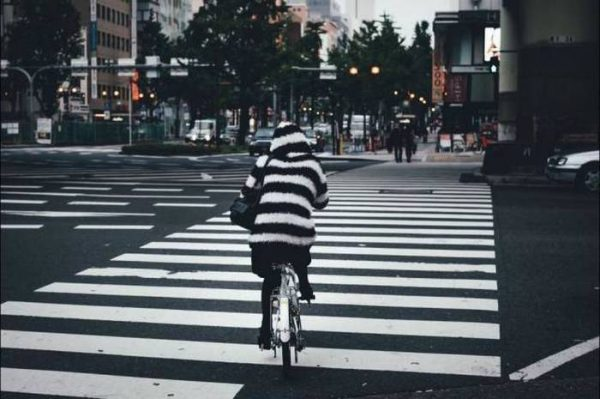 Foto candid dengan tema jalan raya, atau lagi nyebrang di zebra cross kudu pakai baju loreng juga Pulsker biar makin klop. Gimana gengs, itulah beberapa pose anti mainstream buat kalian yang ingin tampil beda dan baru di instagram. Berani coba?.