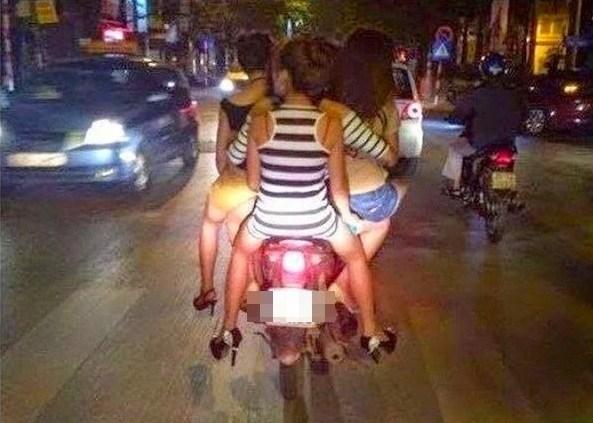 Bisakah kalian menebak, ada berapa orang yang dibonceng di motor ini gengs?.