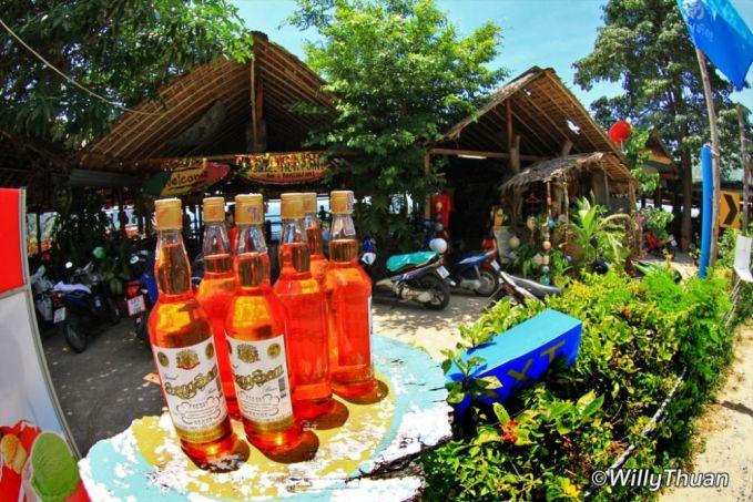 Jangan salah paham dulu gengs. Yang kalian liat ini bukanlah minuman keras, tapi bensin eceran yang dijual di Thailand.