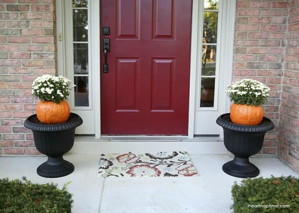 Jadi pot bunga untuk mempercantik teras rumah juga bisa gengs. So, tinggal pilih nih kreasi mana yang kalian suka. Tinggal bikin deh bareng keluarga, teman, atau sahabat untuk halloween tahun ini.