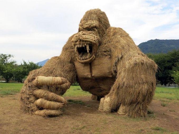 Ada monster King Kong dengan taring dan raut muka garangnya yang khas di ladang ini Pulsker.
