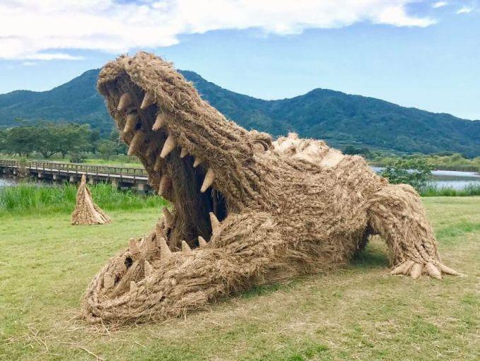 Sementara itu, di ladang dekat sungai monster buaya siap menyambut siapa saja yang datang dengan taring kebesarannya.