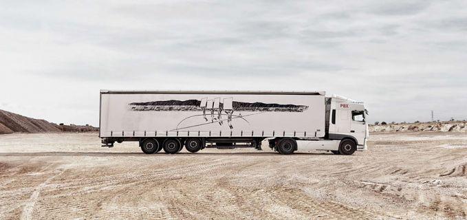 Beda lagi dengan lukisan seniman bernama Javier Acre ini gaes. Dia menggambar orang yang lagi megang papan di sebuah pertandingan sepakbola.