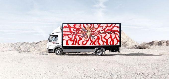 Sementara itu seniman Marina Vargas menggambar sebuah pola yang mirip seperti pembuluh darah. Diberi warna merah biar makin khas.
