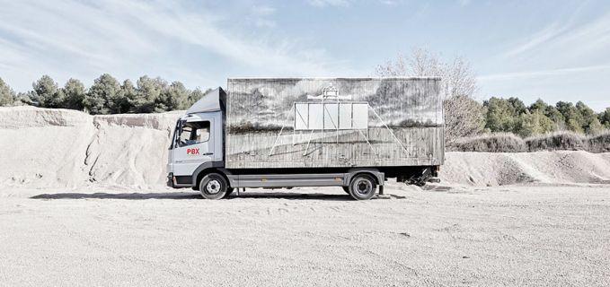 Entah apa yang ada di benak seniman Daniel Munoz. Dia menggambar sebuah papan yang seolah berada ditengah gurun.