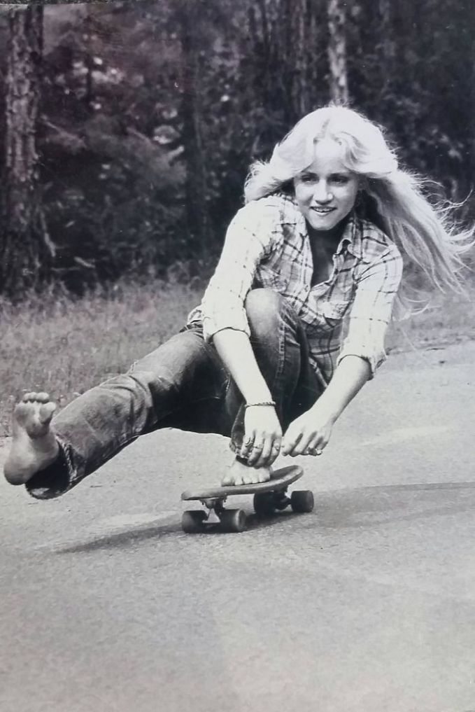 Ibuku bermain skateboard di California pada tahun 1974:. Sepertinya ibu ini lebih jago dari kamu lho main skateboardnya.