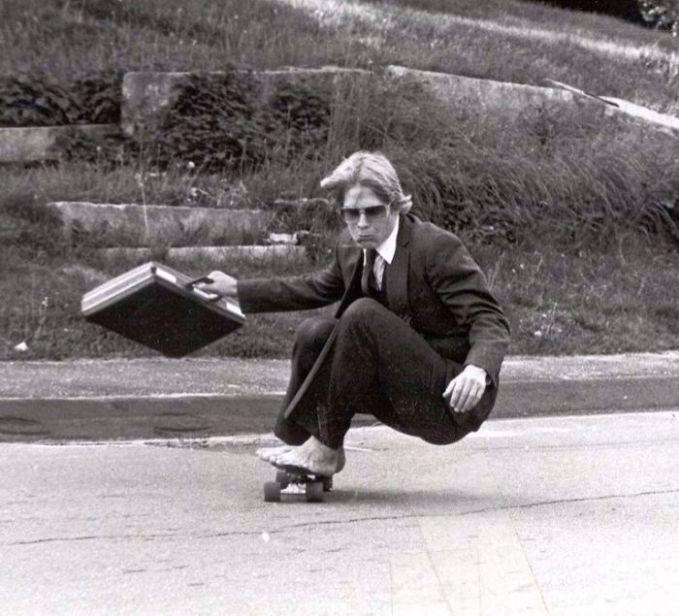 Ayahku bermain skateboard di lapangan kampusnya pada tahun 1982. Sepertinya dia lebih keren dari aku