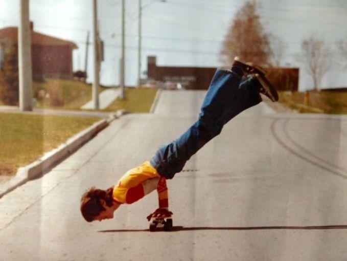 Ayahku memang tidak terkenal, tapi gayanya keren banget, 1977. Setuju kan?