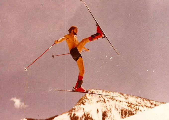 Ayahku saat melakukan hobbynya di tahun 70an. Ayah dari 4 anak laki-laki ini bahkan melebihi seorang legend. Bermain ski tanpa mengenakan baju lho!