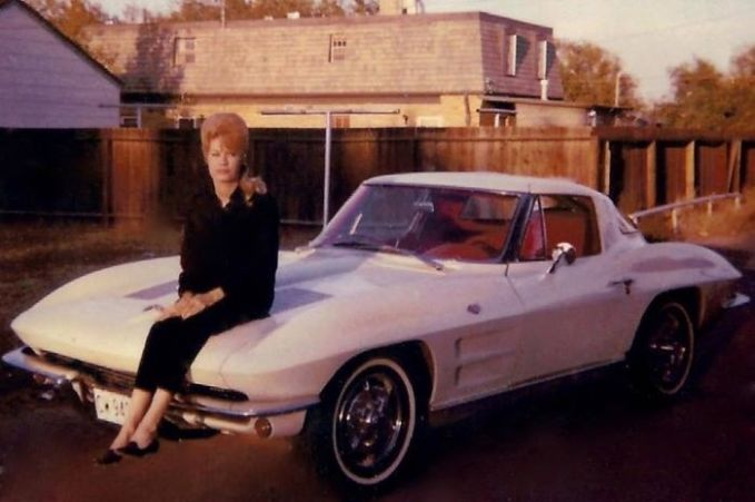 Ibuku saat membeli mobil New Corvette 63 saat dia berumur 20 tahun. Selain itu dia juga sudah membuka salon kecantikan di usia semuda itu. Pantesan rambutnya ngehits banget ya!