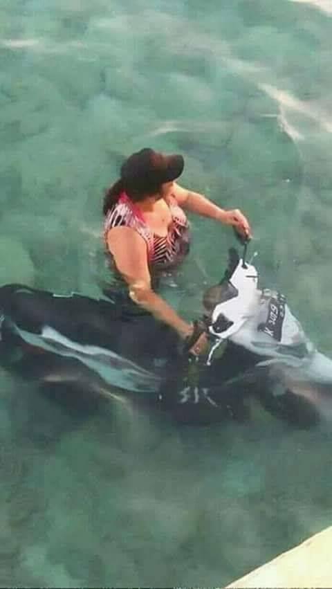 Mungkin nih motor matic pakai teknologi mutakhir Pulsker, si ibunya pengen nyobain dengan merendam di dalam kolam.