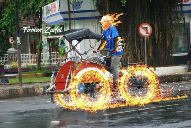 Emang 'Ghost Rider' aja yang bisa kayak gini di atas motornya?. Si bapak tukang becaknya juga bisa nih gaes.