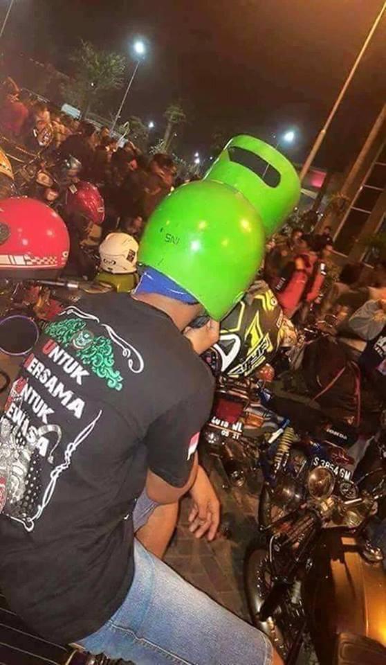 Nggak berhenti disitu aja, bakan nih buah kreativitas anak Indonesia bisa menghasilkan helm kocak kayak gini. Gokil bener deh pokoknya foto-foto tersebut Pulsker. Nggak ada yang bisa ngalahin kreativitas orang Indonesia.