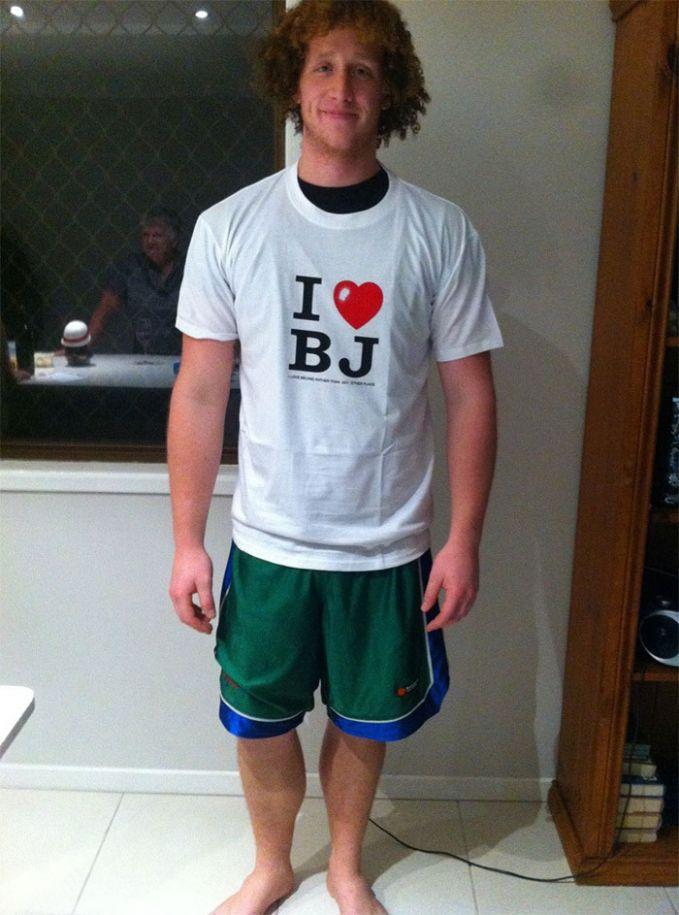 Nama cowok ini adalah Brodie Jonas Dean, dan neneknya memberikan kado kaos bertuliskan inisial bertuliskan I LOVE BJ. Semoga nggak ada yang salah mengartikan deh..