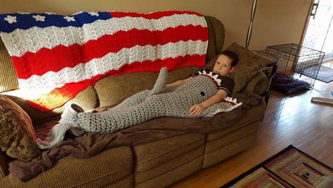 Neneknya memberikan selimut rajutan berbentuk hiu, tapi kenapa ada yang timbul ditengah begitu ya?