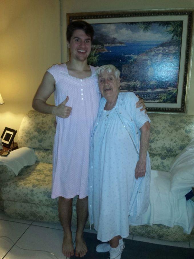 Nenekku yang berusia 84 tahun meminta maaf karena memakai baju tidurnya di depan kami. Aku mengatakan itu tidak masalah dan itu sebenarnya kelihatan sangat nyaman, dan dia segera menawarkan satu untukku. Aku tidak bisa menolak tawaran langka ini.