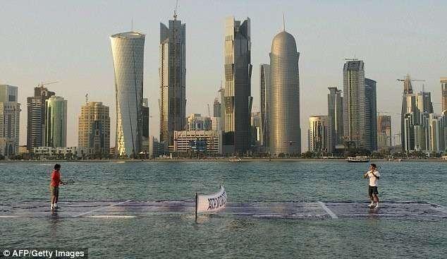 Bermain tenis diatas air. Ini hanya bisa terjadi di QATAR. Jadi nggak heran deh!