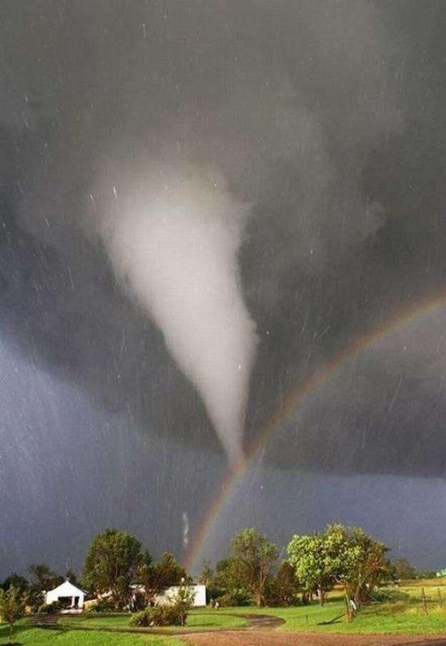 Pelangi yang bercampur angin topan ini terjadi di Kansas. Walaupun menyeramkan, bagus juga ya..