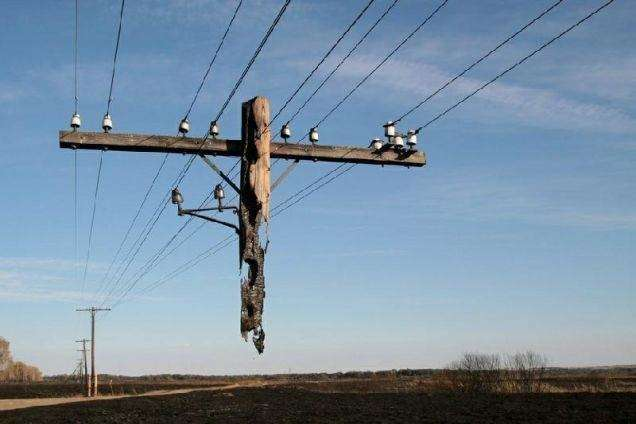 Tiang listrik yang melayang ini terjadi karena habis dilalap api karena kebakaran hebat.