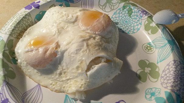 Telur ceplok yang lebih mirip dengan wajah alien. Ngeri juga ?!