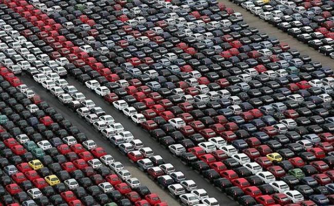 Lahan kuburan mobil Jutaan mobil yang mulai ditinggalkan pemiliknya karena keluaran model baru datang setiap tahunnya. Dan banyak orang menolak membeli mobil bekas ini karena harganya yang mahal. Mubazir deh jadinya.