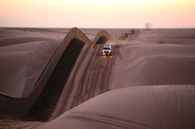 Perbatasan Amerika Serikat-Meksiko melalui Algodones Dunes Perbatasan antara Amerika Serikat dipisahkan oleh tebing tinggi yang kokoh dan jalan yang terdiri dari bukit pasir yang naik turun bergelombang.