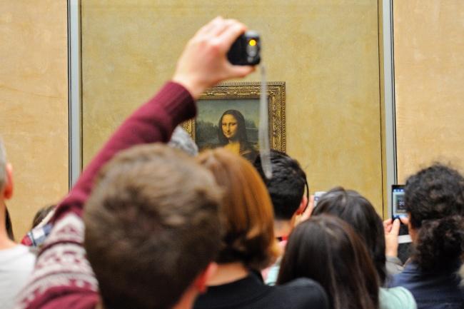 Lukisan Monalisa Sebenarnya Mahakarya ini tidak benar-benar agung seperti kebanyakan tayangan di TV atau foto di internet. Lukisan Monalisa yang asli hanya memiliki ukuran yang tingginya 30cm dan lebar 21 inci. Masa sih?