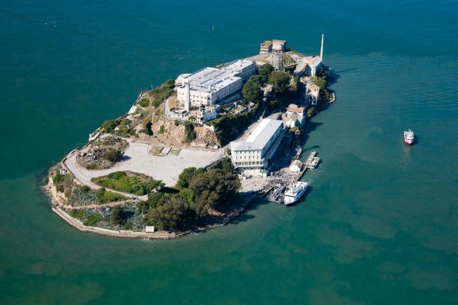 Alcatraz Alcatraz adalah penjara paling terkenal di dunia. Dalam budaya dunia, sastra, dan sejarah, tempat ini adalah penjara yang tak seorang pun bisa keluar dari tempat sini. Terletak di Pulau Alcatraz, Teluk San Francisco. Sepertinya lebih menyeramkan dari Nusakambangan ya, Pulsker?