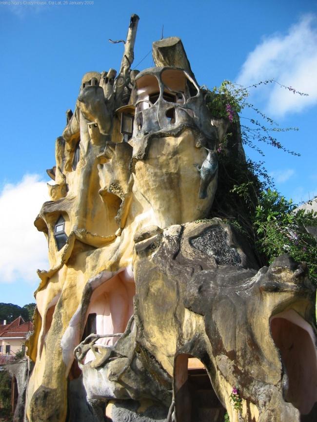 The Hang Nga Guesthouse, atau The Crazy House Ini adalah sebuah guesthouse di Dalat, Vietnam. Bangunan ini menyerupai pohon besar yang dihiasi jamur, kulit binatang, gua dan sarang laba-laba raksasa. Pantas saja nama lainnya The Crazy House ya?!