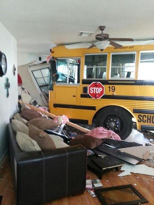 Bisa dipastikan rem dari bis ini blong dan menabrak rumah yang nggak bersalah. Jadi berantakan banget deh!
