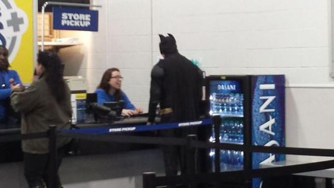 Saat Batman nggak ada order menumpas kejahatan, dia hidup sebagaimana manusia biasa. Walaupun nggak melepas seragamnya juga sih.