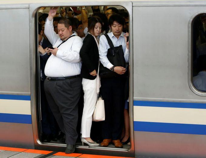 Jepang Negara ini terkenal dengan kedisiplinan dan tepat waktu, jadi nggak heran pada pagi dan sore hari, kereta selalu penuh sesak dengan pekerja.