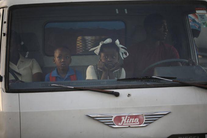 Haiti Di daerah terpencil di Haiti yang jarang dilewati bus atau angkutan umum, memilih untuk menumpang ke truk kabin untuk ke tempat kerja atau sekolah.