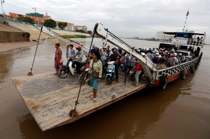 Kamboja Masih banyak warga Kamboja menuju ke tempat kerjanya dengan menggunakan kapal Ferry.