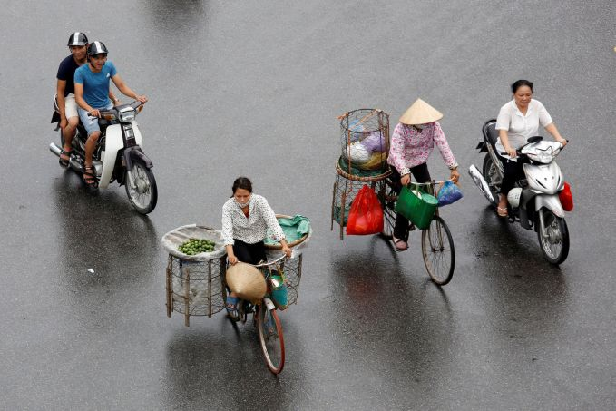Vietnam Mirip dengan Indoensia, banyak warga Vietnam yang bekerja menggunakan sepeda atau motor sebagai sarana tranportasinya.