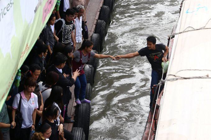 Thailand Bukan kapal ferry, banyak pekerja Thailand yang menggunakan perahu untuk berangkat ke tempat kerja. Menantang juga ya, Pulsker!