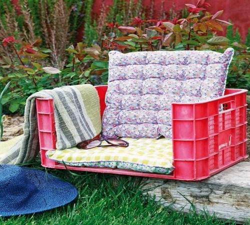 Atau dibikin kursi malas bisa banget. Tinggal potong bagian depannya, lalu tambahkan bantal dan ornamen lainnya biar makin nyaman.
