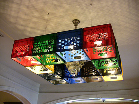 Dengan armatur lampu berwarna-warni seperti ini, memberikan nuansa lain di ruang tamu kalian Pulsker.